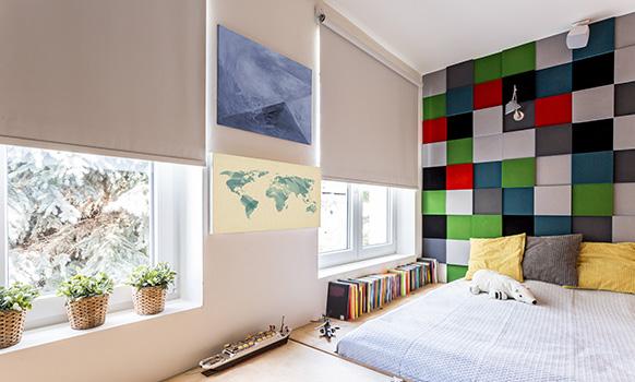 Rolety wolnowiszące w minimalistycznym wnętrzu