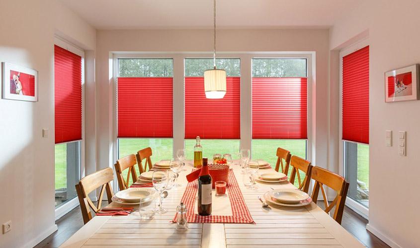 Czerwone roletty plisowane do kuchni