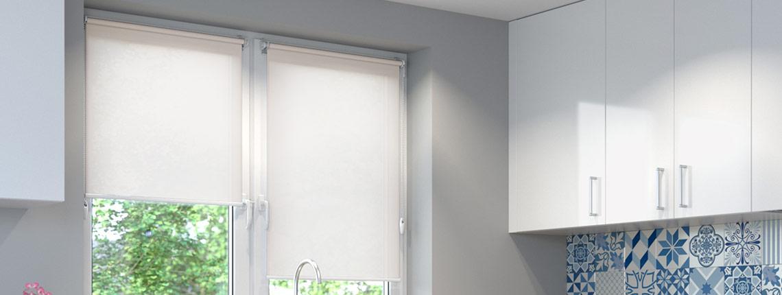 Roleta wbezinwazyjna na oknie w kuchni