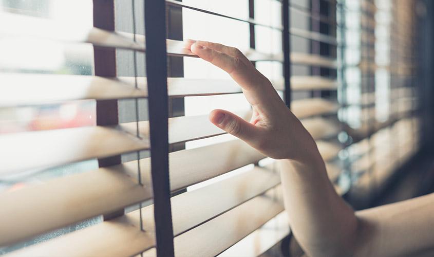 Drewniane żaluzje na okno